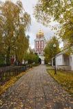 Höstdag i den Novodevichy kloster i Moskva Arkivbild
