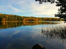 Höstdag i Sverige vid sjön och skogen Arkivbilder