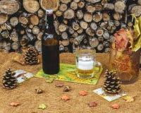 Höstdekor av tabellen med öl i lantlig stil Arkivfoto