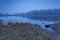 Höstdimma över den lösa sjön i skymning Royaltyfria Bilder