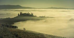 Höstdimma i dalen med kullar royaltyfri bild
