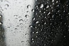 Hösten är kommande Regn tappar bubblor på fönstret molnig dag Härlig bakgrund arkivfoto