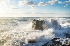 hösten beams stormen för havet för svarta oklarheter den sol- crimea Sprej färgstänk, plaskar, vaggar och solljus royaltyfria bilder