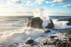 hösten beams stormen för havet för svarta oklarheter den sol- crimea Sprej färgstänk, plaskar, vaggar och solljus arkivbild