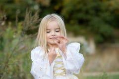 hösten behandla som ett barn den sista modern för blomman Royaltyfri Fotografi