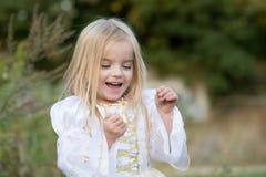 hösten behandla som ett barn den sista modern för blomman Royaltyfri Bild