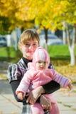 hösten behandla som ett barn den små modern Fotografering för Bildbyråer