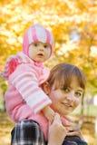 hösten behandla som ett barn den utomhus- modern Arkivfoto