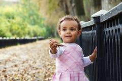 hösten behandla som ett barn gulliga flickaleaves Royaltyfri Bild