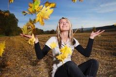 hösten blad kvinnabarn royaltyfria foton