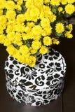Hösten blommar i en kruka Gul chrysanthemum Nästa gåva i en kartong med en prydnad på en grå färgbakgrund royaltyfri bild