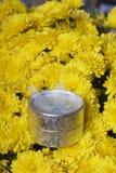 Hösten blommar i en kruka Gul chrysanthemum Nästa gåva i en silverask royaltyfria foton