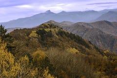 Hösten färgar i bergen av det norr Kaukasuset Arkivfoton