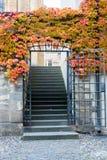 Hösten färgar runt om ytterdörren av en lantlig engelsk stuga Arkivfoto