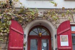 Hösten färgar runt om ytterdörren av en lantlig engelsk stuga Royaltyfria Bilder
