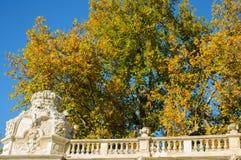 Hösten färgar tillsammans med klassisk arkitektur Royaltyfri Foto