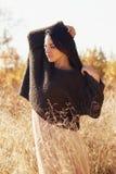 Hösten går lycklig härlig flicka royaltyfri bild