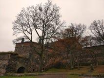 Hösten i den gamla slotten parkerar med stenväggar Royaltyfria Bilder