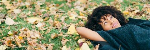 Hösten kopplar av och lycka royaltyfri foto