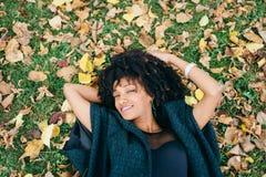 Hösten kopplar av och lycka royaltyfria bilder