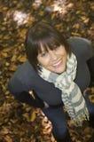 hösten låter vara ståendekvinnabarn royaltyfri fotografi