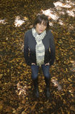 hösten låter vara ståendekvinnabarn arkivfoto