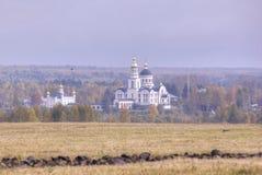 Hösten landskap Den Tura floden och ett ensamt gammalt trähus på den motsatta banken royaltyfri bild
