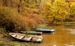 Hösten landskap Fartyg på flodbanken arkivbilder