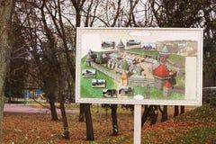 Hösten parkerar färgrik lövverkpark för höst Svart gammal kanon på kullen Falska ljus i parkerar Härlig höst hälsningar arkivfoton