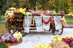 Hösten skördade grönsaker på den traditionella ukrainska lantliga lantliga vagnen Royaltyfria Bilder