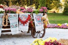 Hösten skördade grönsaker på den traditionella ukrainska lantliga lantliga vagnen Royaltyfria Foton