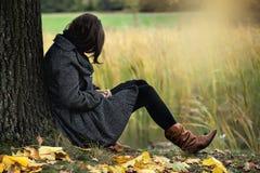 hösten tappar melankoliskt förser med rutor regnfönstret Royaltyfri Foto