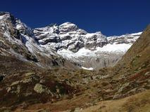Höstfärg kontrasterar i Schweiz. Breithornen Arkivbilder