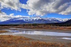 Höstfärger av den Athabasca floden med Roche De Smet Berg i bakgrunden, Jasper National Park Arkivfoton