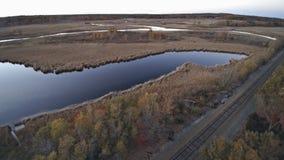 Höstfärger i landskap i panoramautsikt sjön stock video