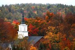 Höstfärger och en kyrklig kyrktorn Royaltyfri Bild