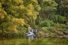 Höstfärger, vattenfall, flod Arkivfoto