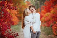Höstförälskelse, par som kysser i nedgång, parkerar royaltyfri foto
