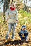 höstfamilj som planterar treen Arkivfoto