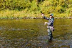 Höstfiske på en liten flod royaltyfri foto