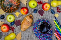 Höstfrukost: pumpa äpplen, gula sidor, en kopp te a Arkivfoton