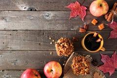 Höstgräns med äpplekaramellmuffin över lantligt trä arkivfoto