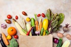 Höstgrönsaker, i att shoppa den pappers- påsen på bästa sikt för köksbord royaltyfria bilder