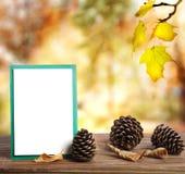 Hösthälsningkort med pinecones arkivfoton