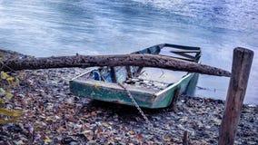 Höstlandskap, övergett fartyg på flodbanken Arkivfoton
