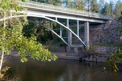 Höstlandskap av bro- och Kymijoki flodvatten i Finland, Kymenlaakso, Kouvola, Myllykoski arkivfoto