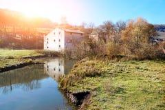 Höstlandskap av bygden: gammal icke-arbete watermill n royaltyfria bilder