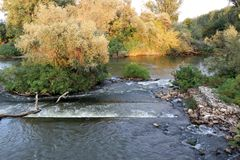 Höstlandskap av den Strymonas floden, Serres nordliga Grekland arkivbild
