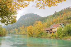 Höstlandskap av Lech River med härlig nedgånglövverk royaltyfri bild