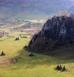 Höstlandskap i bergen med bunten av hö Arkivfoto